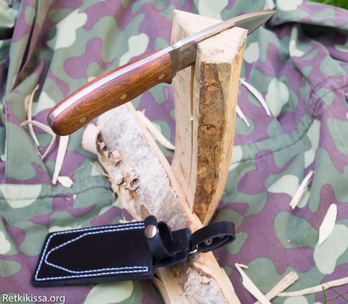 TBS Grizzly varustettuna Hikercat Knife Handle Mark I -kahvalla ja Hikercat Knife Holster Mark I -tupella.