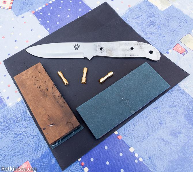 Gary Mills'in The TimberWolf Bushcraft Knife, lämpökäsiteltyä visakoivua, mutsaa vulkaanikuitua koristeraitana, messinkiset Corby-niitit ja musta parkittua nahkaa.